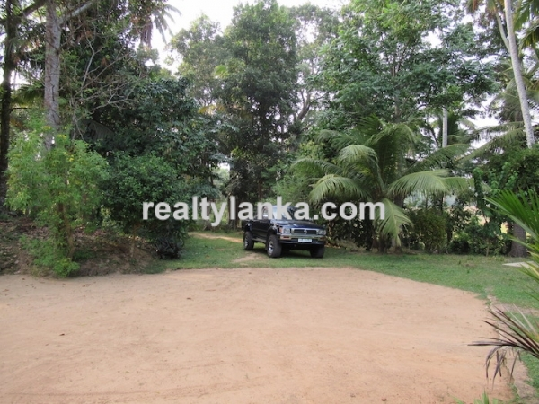 Well Maintained Colonial House Near Mirissa